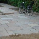 Lille p-plads med sandsten, sti og slotsgrus