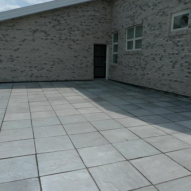 Store grå sandstens fliser på parkeringsareal, Sandstone Grey