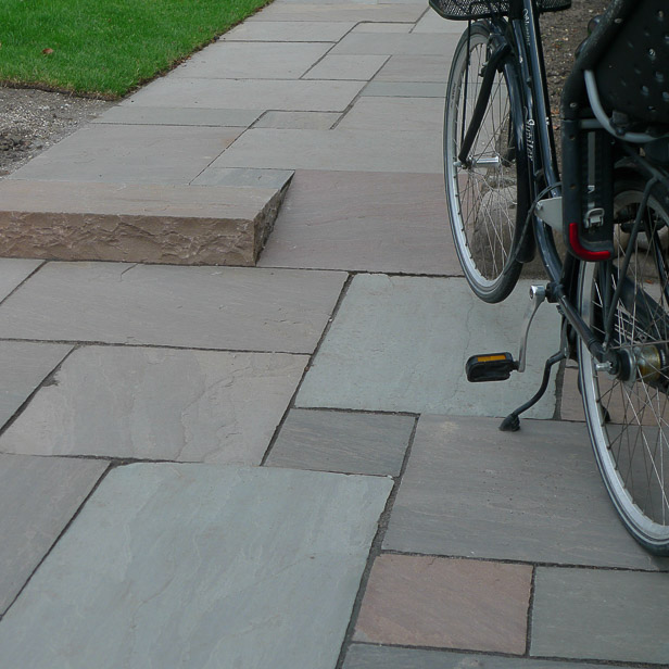 Sandstone Mahogni på parkeringsplads og i cykel bane