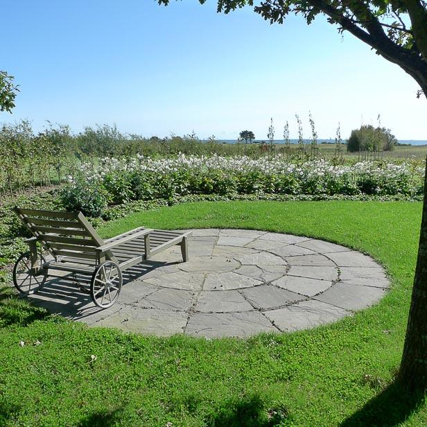 Rund naturstens terrasse med naturligt look