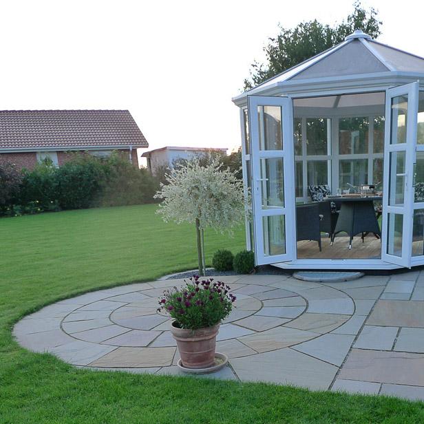 Rund terrasse og rund pavillon