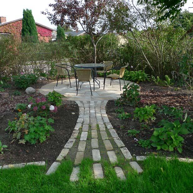 Sti i græsarmering og rund terrasse i sandsten