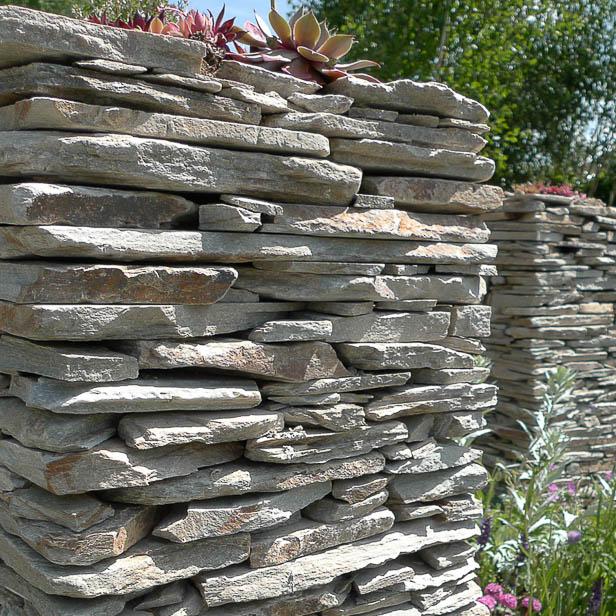 Havemur af Sandstone brudfliser