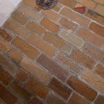 Mursten i sandsten på gulv i badeværelse