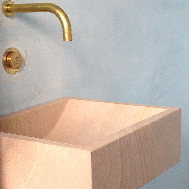 Lille håndvask i natursten sandsten, på badeværelse