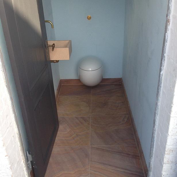 Sandstensfliser på toilet gulv