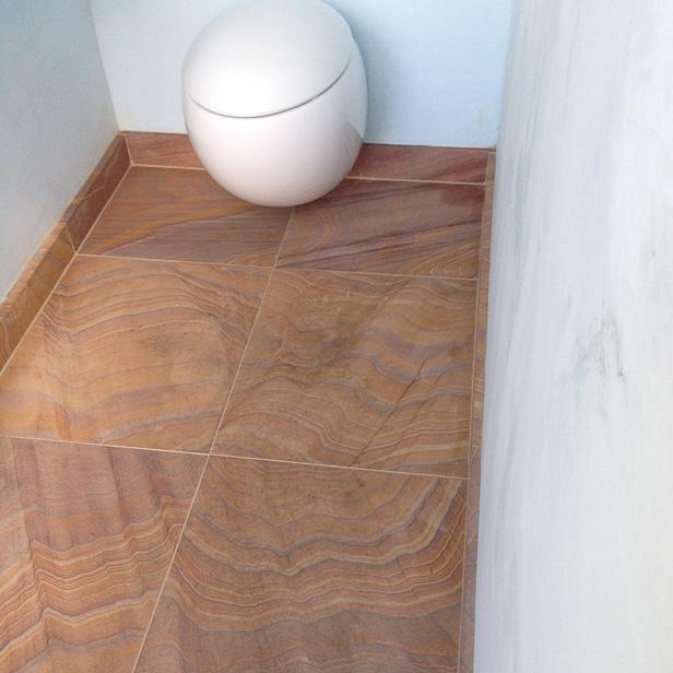 Store fliser i sandsten på badeværelse