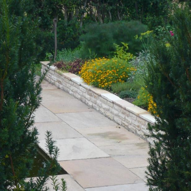 Havemur muret af sandsten i Sandstones udstilling