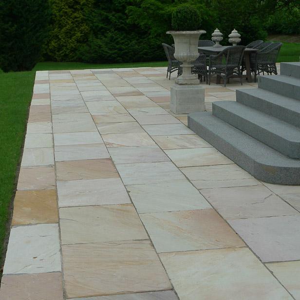 Lyse sandstens fliser med grå granit trappe