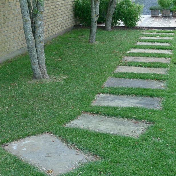 store fliser som trædesten gennem græsplæne