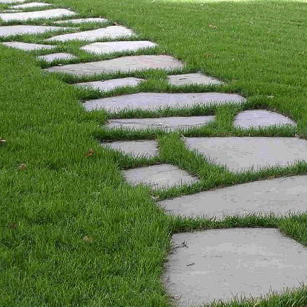 brudfliser, natursten i græsplæne