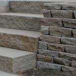 Sandstens støttemur og trappe