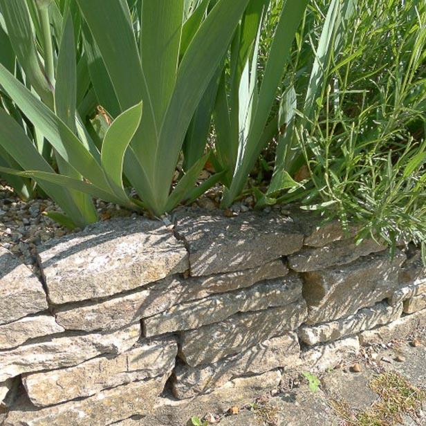 Rustik lav havemur af sandsten