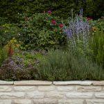 Lav plantekumme muret af sandsten