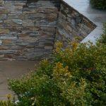 Terræn mur beklædt med sandsten