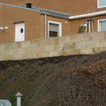 Terrænmur beklædt med store sandstens fliser