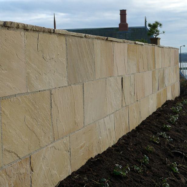 Kæmpe fliser på terrænmur