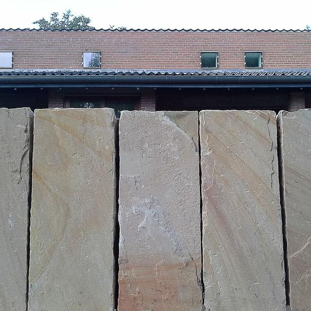 Palisadevæg af store sandstensblokke