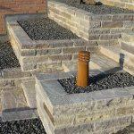 Plantekumme af Dark Sandstone murblokke med betonfuger