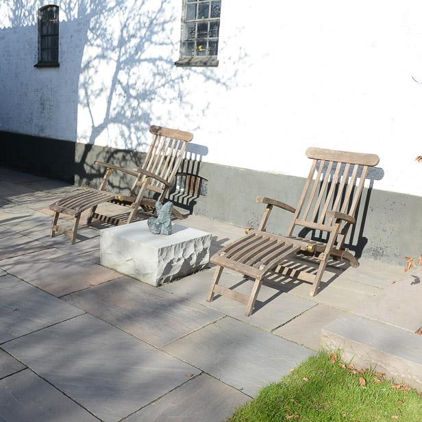 natursten sandsten Sandstone udstilling Sorø Mahogni rødbrun natursten store fliser lille terrasse chaussesten brosten fliser stenblok trappetrin trappe trædesten