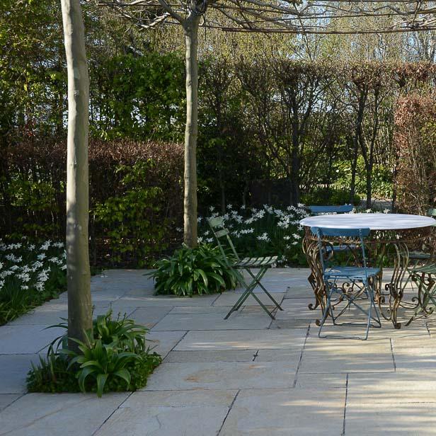 natursten sandsten Sandstone udstilling Sjælland forår kirsebærblomster narcisser Thalia Beige limestone kalksandsten terrasse