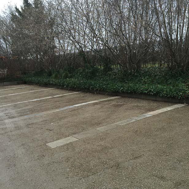 https://www.sandstone.dk/wp-content/uploads/2017/03/natursten-sandsten-Sandstone-udstilling parkeringsplads med sandsten og slotsgrus